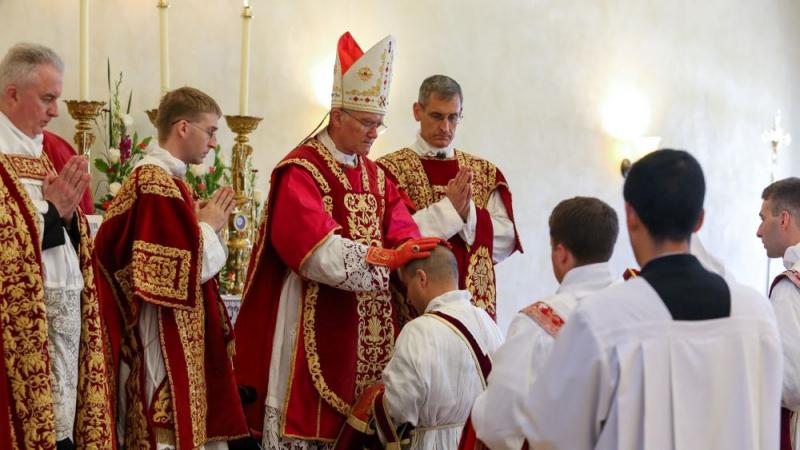 Imposition des mains de l'évêque au futur prêtre